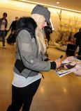 http://img273.imagevenue.com/loc109/th_12531_Christina_Aguilera_arriving_in_Japan_3_122_109lo.jpg