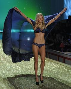 Katsia Damankova sexy lingerie Victoria's Secret Fashion Show