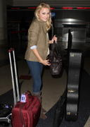 http://img273.imagevenue.com/loc372/th_84448_Emily_Osment_at_LAX_Airport7_122_372lo.jpg