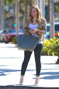 http://img273.imagevenue.com/loc487/th_862877964_Hilary_Duff_at_Crumbs_bakery51_122_487lo.jpg