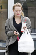 http://img273.imagevenue.com/loc531/th_256312456_Hilary_Duff_at_Zankou_Chicken6_122_531lo.jpg